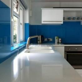 Mẫu kính ốp bếp xanh dương