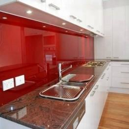 Mẫu kính ốp tường bếp màu đỏ rubi